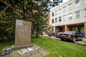 pries-13-metu-lietukio-garazo-zudyniu-aukoms-atminti-pastatytas-paminklas-5562fb610c53d